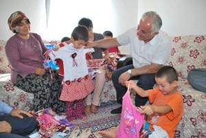 yetim-ve-oksuz-cocuklara-erken-bayram-sevinci-IHA-20120816AW000085-2-t